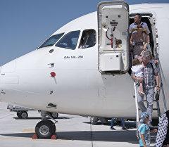Пассажиры выходят с самолета. Архивное фото