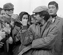 Геннадий Базаров кино тартуу маалында. Архив