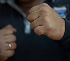 Сжатый кулак мужчины. Архивное фото