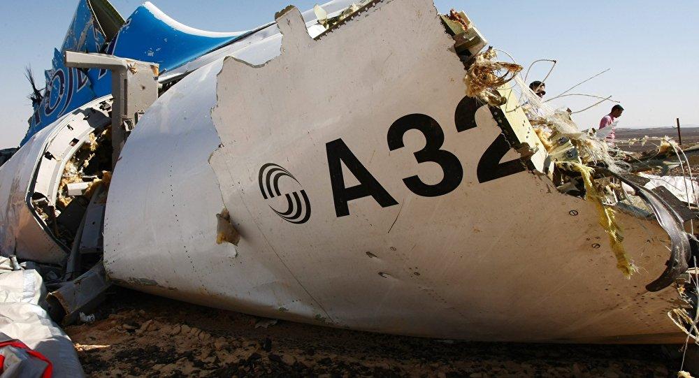 Обломки самолета Airbus A321 авиакомпании Когалымавиа на месте крушения в 100 км от Эль-Ариша на севере Синайского полуострова. Архивное фото