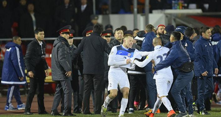 Стычка футболистов в конце матча Кыргызстан — Иордания. Архивное фото