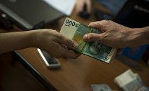 Передача пачки денег. Архивное фото