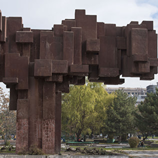 Монумент Эл куту на аллее Молодежи в Бишкеке. Архивное фото