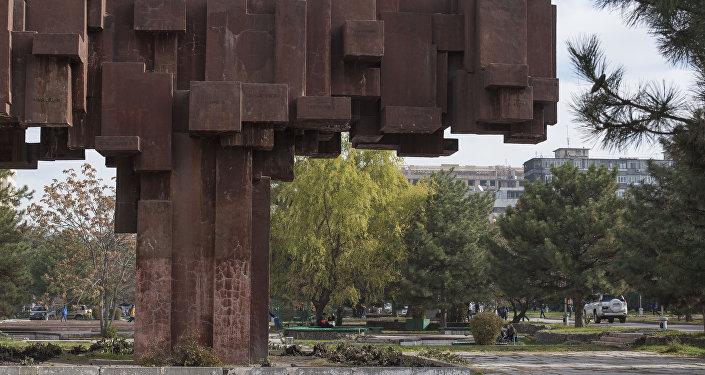 Несколько бронзовых статуй, укрепленных в камне, были просто-напросто украдены.