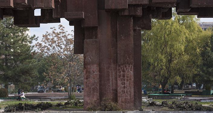 Вместо полноценной скульптуры из земли торчит разбитый постамент со сбитыми надписями.