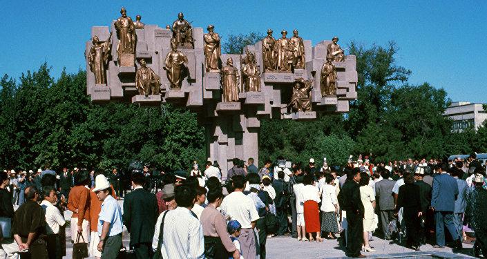 В ноябре 1995 года был открыт монумент Эл куту в честь людей, прославлявших Кыргызстан в различные периоды истории.