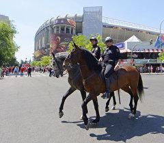 Конная полиция у стадиона Сантьяго Бернабеу обеспечивает безопасность. Архивное фото