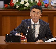 Мискенбаев парламенттеги бош калган унааларды маданият өкүлдөрүнө берүүнү сунуштады