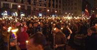 Спутник_Тысячи человек с горящими факелами прошли по Риге в День независимости