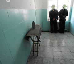 Заключенные в бытовой комнате исправительной колонии. Архивное фото