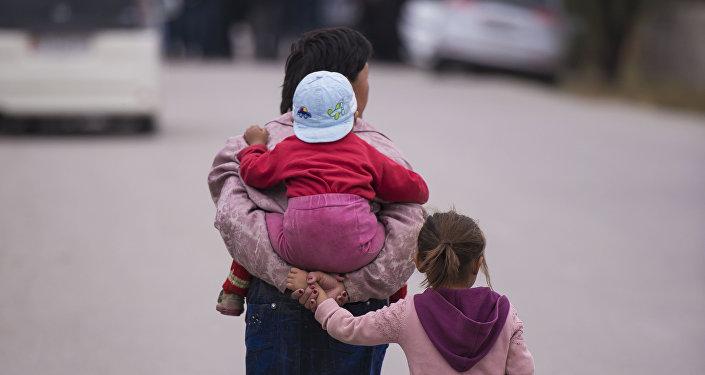 Женщина с детьми в селе. Архивное фото