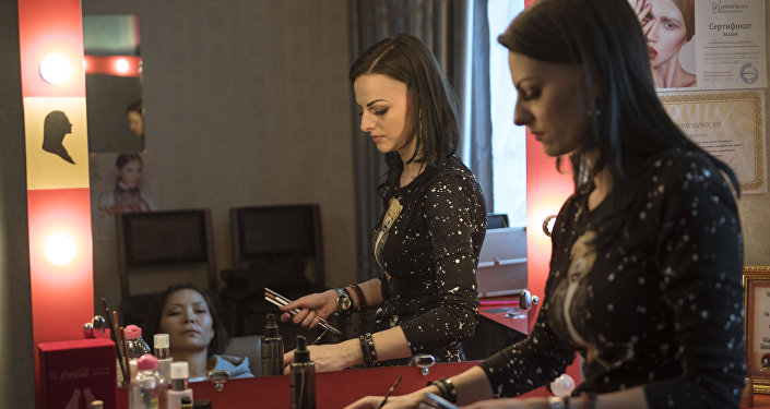 Стилист и гуру грима Ирина Федоренко во время работы. Архивное фото