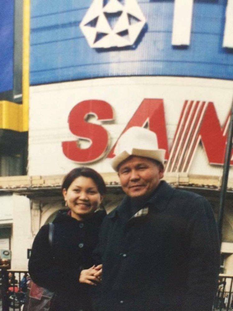Экс-вице-премьер Эльвира Сурабалдиева и ее отец Жыргалбек Сурабалдиев. Он занимался бизнесом, в 2005 году был избран депутатом Жогорку Кенеша, в том же году его убили.
