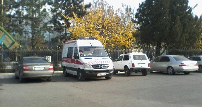 Машина скорой помощи у фасада Международного аэропорта Манас в городе Ош.