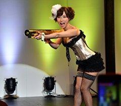 Японка во время показа модного нижнего белья. Архивное фото