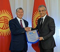 Алмазбек Атамбаев Азия футбол конфедерациясынын президенти Шейх Салман бин Ибрагим аль Халифти кабыл алуу учурунда.
