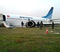 Ош аэропортуна авариялык абалда конгон Avia Traffic Company компаниясынын Boeing-737 учагы. Архив