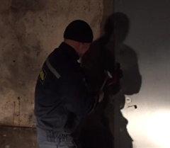 Бойцы МЧС России ломали дверь, для вызволения кыргызстанцев из рабств