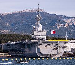 Авианосец Шарль де Голль в порту Тулона. Архивное фото