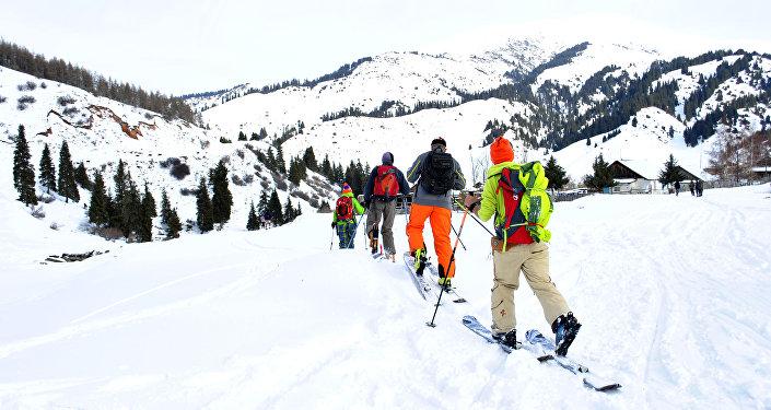 Туристы на горнолыжной базе в Кыргызстане. Архивное фото