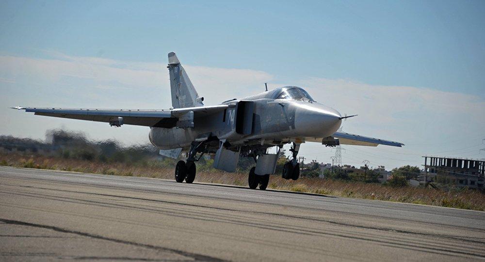 Бомбардировщик СУ-24 Воздушно-космических сил РФ совершает посадку на авиабазе. Архивное фото