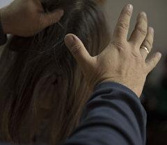 Мужчина схватывает за волосы девушки. Архивное фото