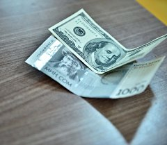 Долларовый и сомовая купюра. Архивное фото