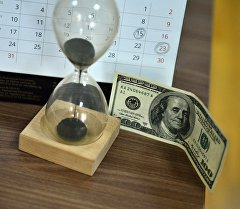 Доллар жана кум сааты. Архивдик сүрөт