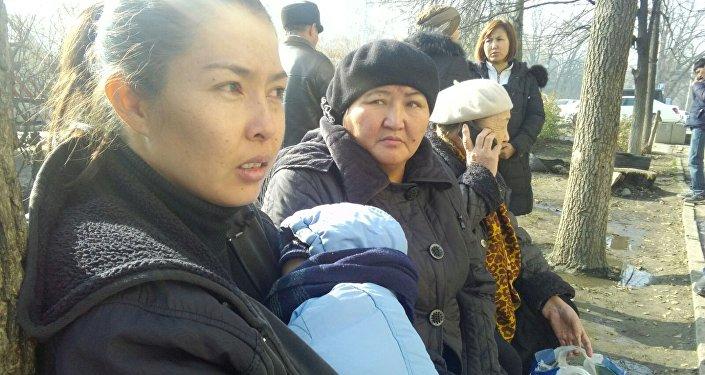Жашоочу Гүлмира Иманкожоеванын айтымында, милиционерлер тургундарды имарат сатылып кеткендиктен чыгарып жатканын билдиришкен.