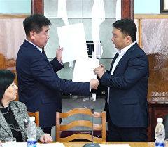 Конверт и печать. Кто и как выбрал шестимиллионного кыргызстанца