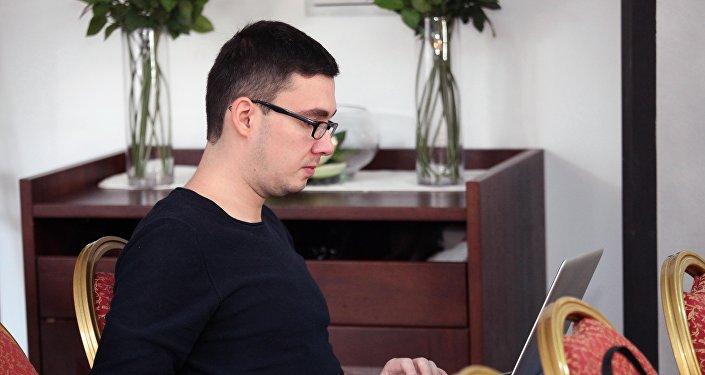 Россия сегодня эл аралык маалымат агенттигинин социалдык тармактарды алдыга жылдыруу бөлүмүнүн жетекчиси Денис Железняков.