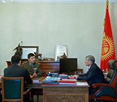 Кыргызстандын президенти Алмазбек Атамбаев өлкөнүн куралдуу күчтөрүн реформалоонун жүрүшү менен таанышты.