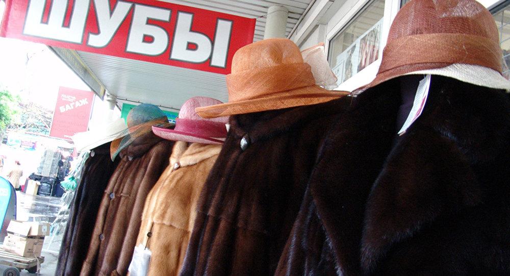 Шубы и шляпы на вещевом рынке. Архивное фото