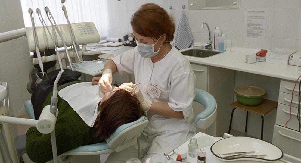 Пациент и доктор в зубоврачебном кабинете в городской больнице. Архивное фото