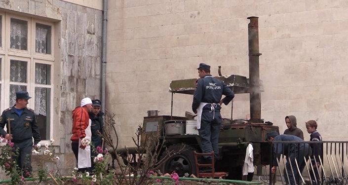 Спасатели в обесточенном Крыму накормили детей картошкой с полевой кухни