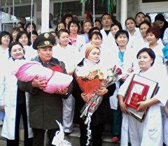 Родители шестимиллионного гражданина Кыргызстана Айлины во время выписки из роддома