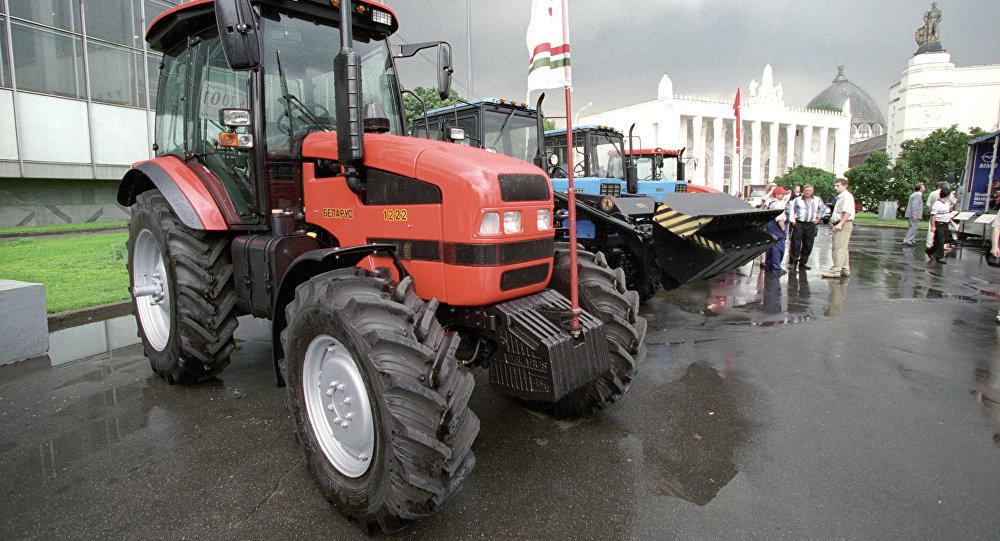 Белорусские тракторы на экспонате. Архивное фото