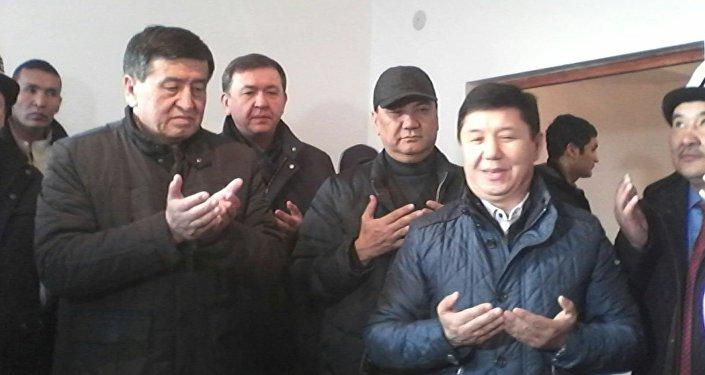 Сариев Алмазбек Кожошевдердин үй-бүлөсүнө төрт бөлмөлүү квартиранын ачкычын тапшырып жатып, бөбөккө чың ден соолук, узун өмүр каалады