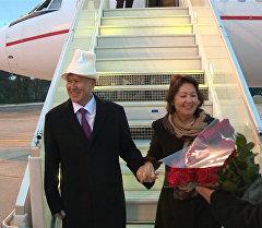 Парижде президент Атамбаевди жана биринчи айымды бир кучак роза менен