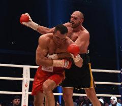Бой между британским и украинскими боксерами Тайсоном Фьюри и Владимиром Кличко. Архивное фото