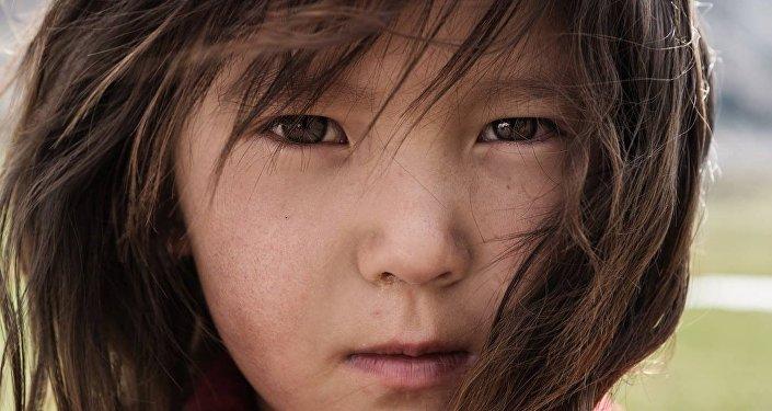 Балалыктын таттуу күндөрү. Жайлоодогу кыргыз кызы