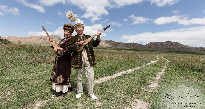 Кыргызстанда жаш-карысы, аял-эркегине карабай комузда кол ойнотушат.
