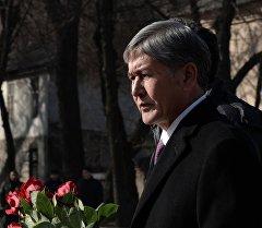Алмазбек Атамбаев Париждеги террористтик акттын курмандыктарын эскерүү маалында.