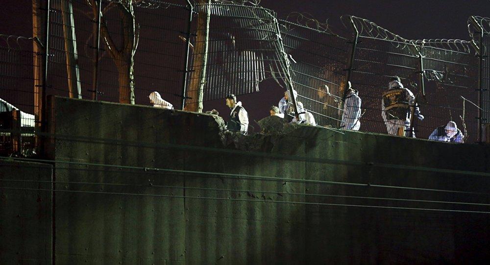 Эксперты на месте взрыва в надземном переходе станции Байрампаша.