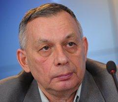 Поэт, переводчик, литературный критик Михаил Синельников. Архивное фото