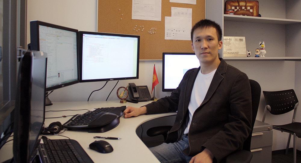 IT специалист Акжол Абдухалиев на рабочем месте.