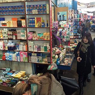 Торговый ряд китайских препаратов на рынке Дордой.