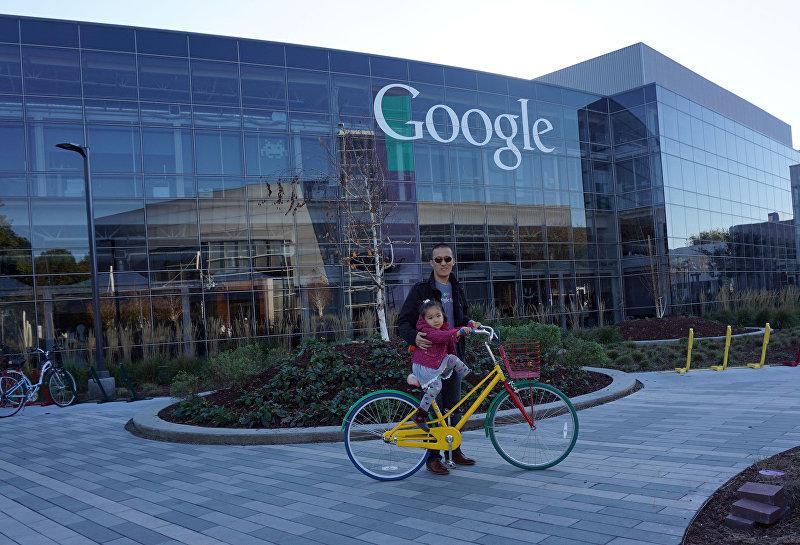 Сотрудник корпорации Google Акжол Абдухалиев с дочерью