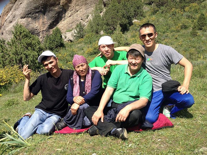 Акжол Абдухалиев со своими родственниками