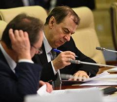 Посол России в Кыргыстане Адрей Крутько во время заседания. Архивное фото